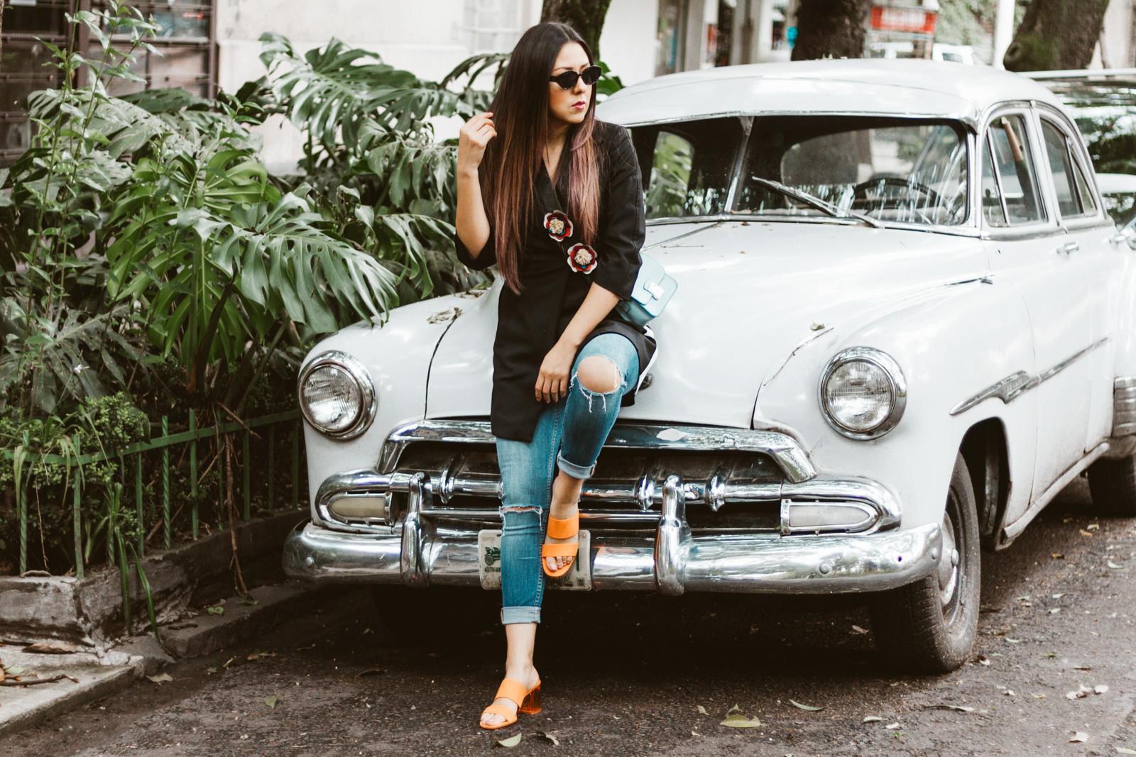 Saco negro y jeans