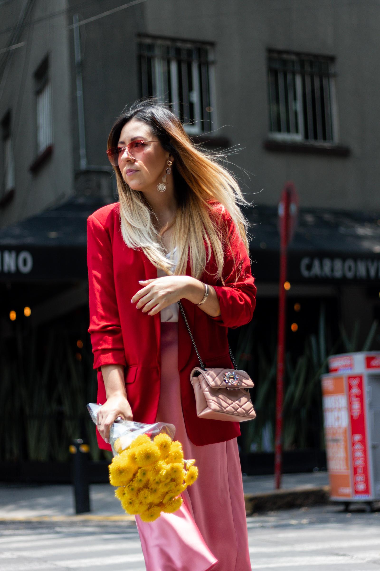 Outfit rosa con rojo