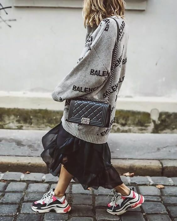 outfit con sneakers